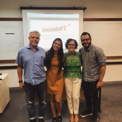 Banca avaliadora do meu TCC. Da esquerda para a direita, André Lemos (meu orientador), eu, Suzana Barbosa (avaliadora) e Daniel Marques (avaliador)