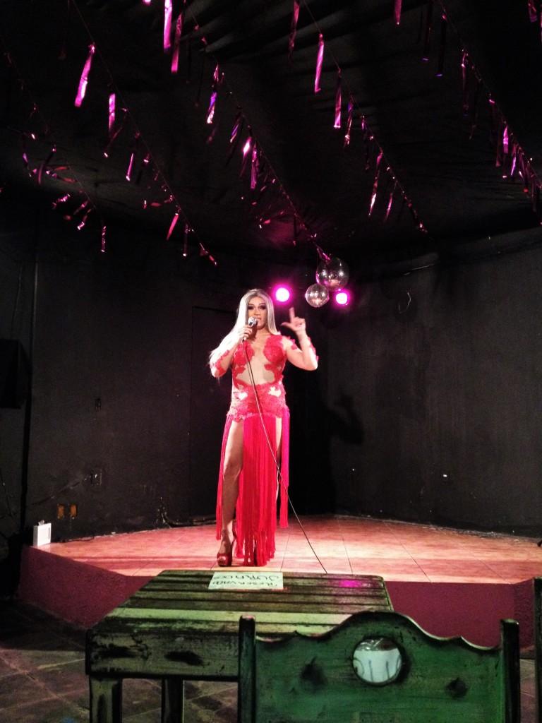 Rainha Loulou comanda a noite de apresentações