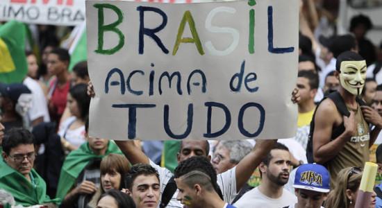 RJ - PROTESTO/CENTRO DO RIO - GERAL - Manifestantes protestam no Centro do Rio de Janeiro, nesta quinta-feira (20). Há alguns dias, a mobilização que pedia a redução da tarifa dos ônibus ganhou novos adeptos: os que cobram o fim da corrupção, melhores serviços de educação, transporte público, segurança e saúde, e os que são contra gastos excessivos para a realização da Copa do Mundo de 2014. 20/06/2013 - Foto: ALEX RIBEIRO/AGÊNCIA O DIA/AGÊNCIA O DIA/ESTADÃO CONTEÚDO